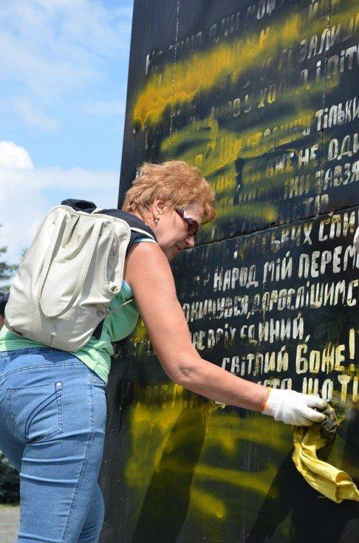 З пам'ятника Небесній сотні у Полтаві уже змили георгіївську стрічку (фото, відео)