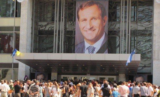 Більше 50 тисяч людей прийшли попрощатися з мером Кременчука