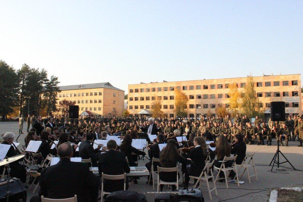 Полтавський симфонічний оркестр з хітами «Queen» виступив перед бійцями АТО
