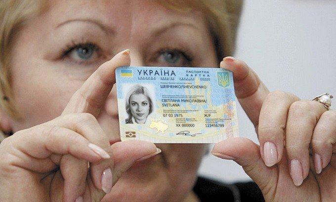 Оформлення біометричних паспортів в Україні зупинили: система зависла на першому клієнті