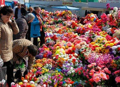 Нове голосування: потрібно чи не потрібно нести пластикові квіти на кладовище