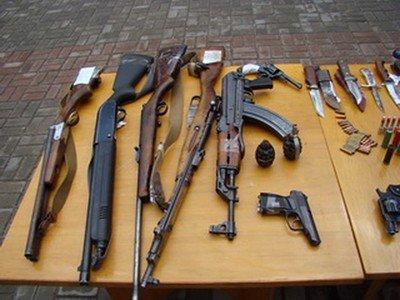 Полтавським міліціонерам громадяни добровільно здали більше ста одиниць зброї
