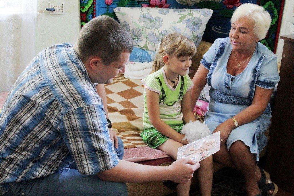 Пенсіонерка з дитиною на руках знайшла підтримку, на жаль, не від держави