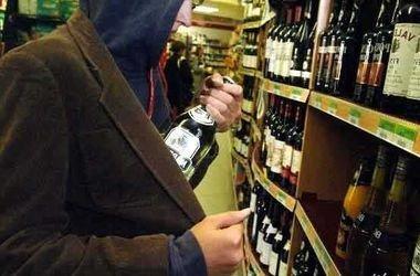 У селі на Полтавщині чоловік самотужки виніс із магазину близько 20 літрів алкоголю