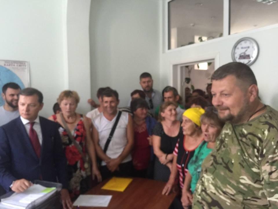 Обурені селяни і нардепи Мосійчук і Ляшко блокують підприємство «Гадячсир»