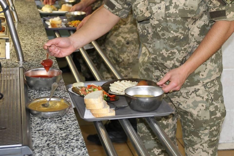 Стосовно неякісного харчування військовослужбовці можуть поскаржитись на «Гарячу лінію»
