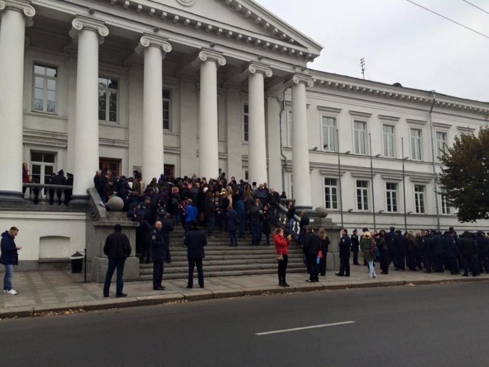 У «день тиші» в Полтаві мітингують біля міської ради (фотофакт)
