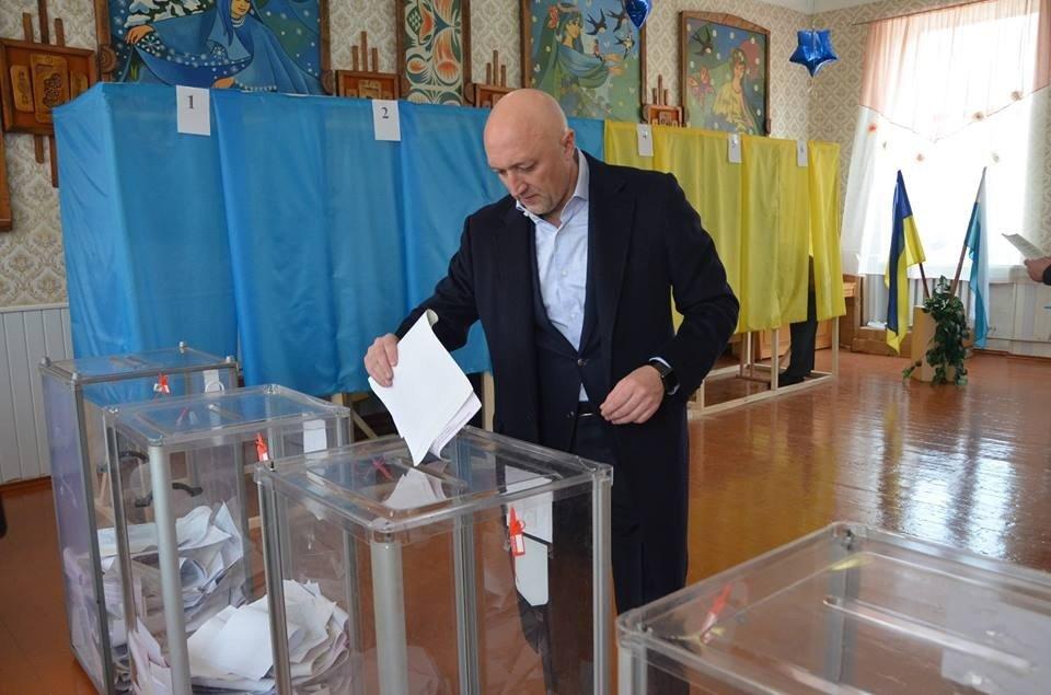 Очільник Полтавщини у соцмережі похвалився, що прийшов голосувати з родиною
