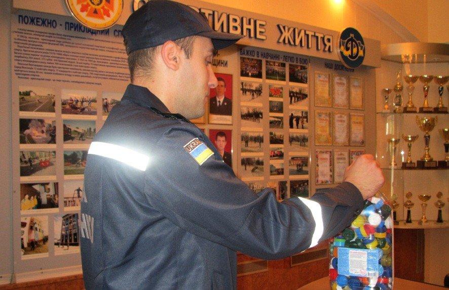 Полтавські рятувальники назбирали п'ятилітрову ємність пластикових кришок на протези бійцям АТО