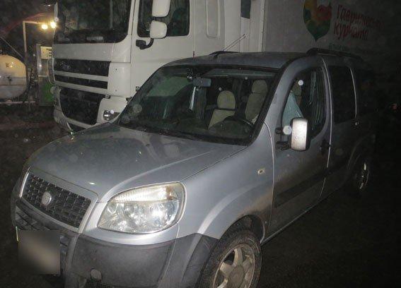 На Полтавщині затримали злодіїв, які зливали пальне з автівок на стоянці