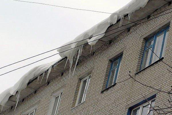 У Полтаві сніговою брилою, що упала з даху, убило жінку