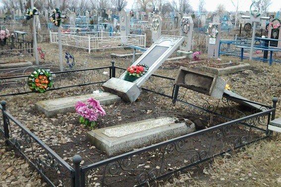 На одному з кладовищ Полтавщини зруйнували пам'ятники та спалили могили