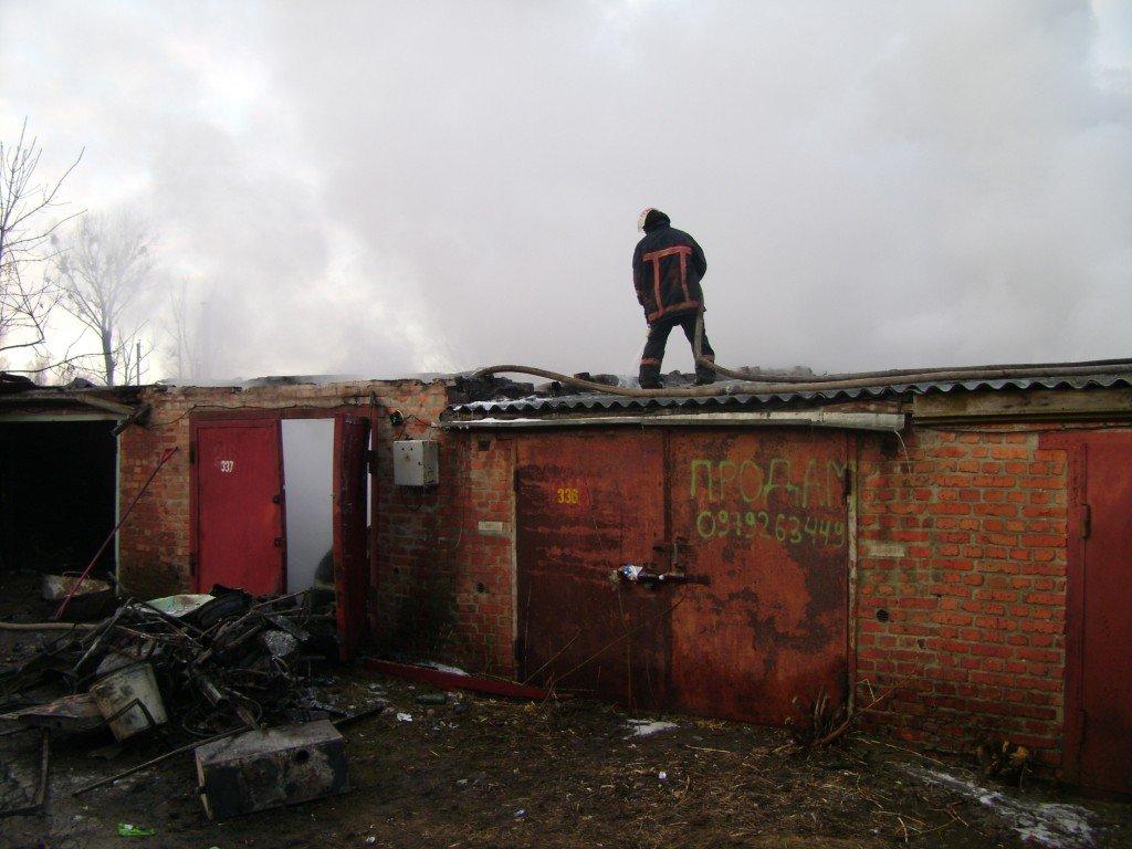 Пожежа в гаражному кооперативі: на Полтавщині згоріли автомобіль, мотоцикл та велосипеди (фото)