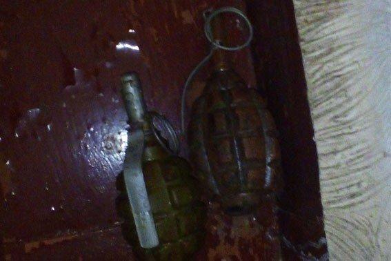 На Полтавщині у чоловіка знайшли дві гранати і ящик маку