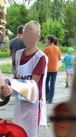Проміжні вибори: На Полтавщині діти розповсюджують незаконні листівки в підтримку кандидата-двійника
