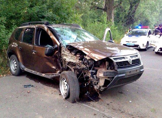 ДТП у Полтаві: від зіткнення з деревом постраждало двоє людей