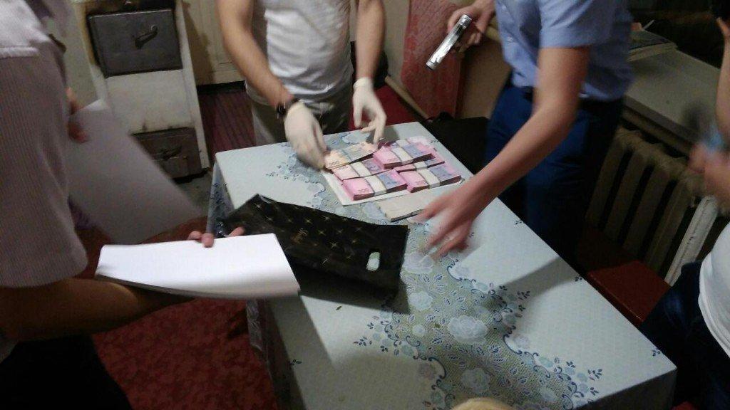 На Полтавщині прокурора спіймали на хабарі у 19 тисяч доларів