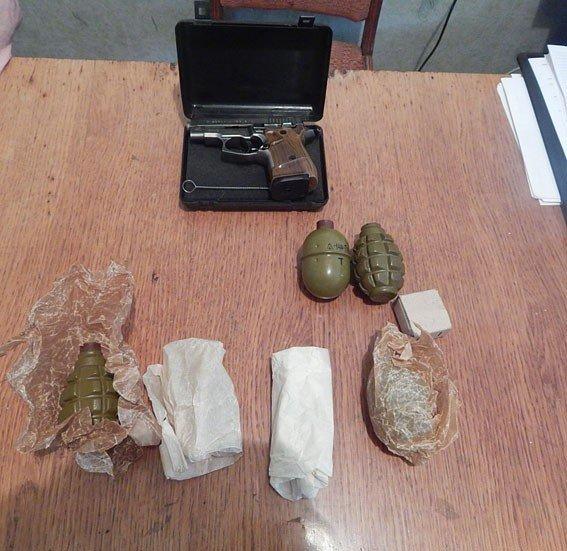 У Миргородському районі чоловік знайшов пакунок зі зброєю та боєприпасами