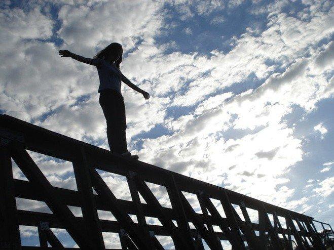 На Полтавщині жінка стрибнула з залізничного мосту на колії