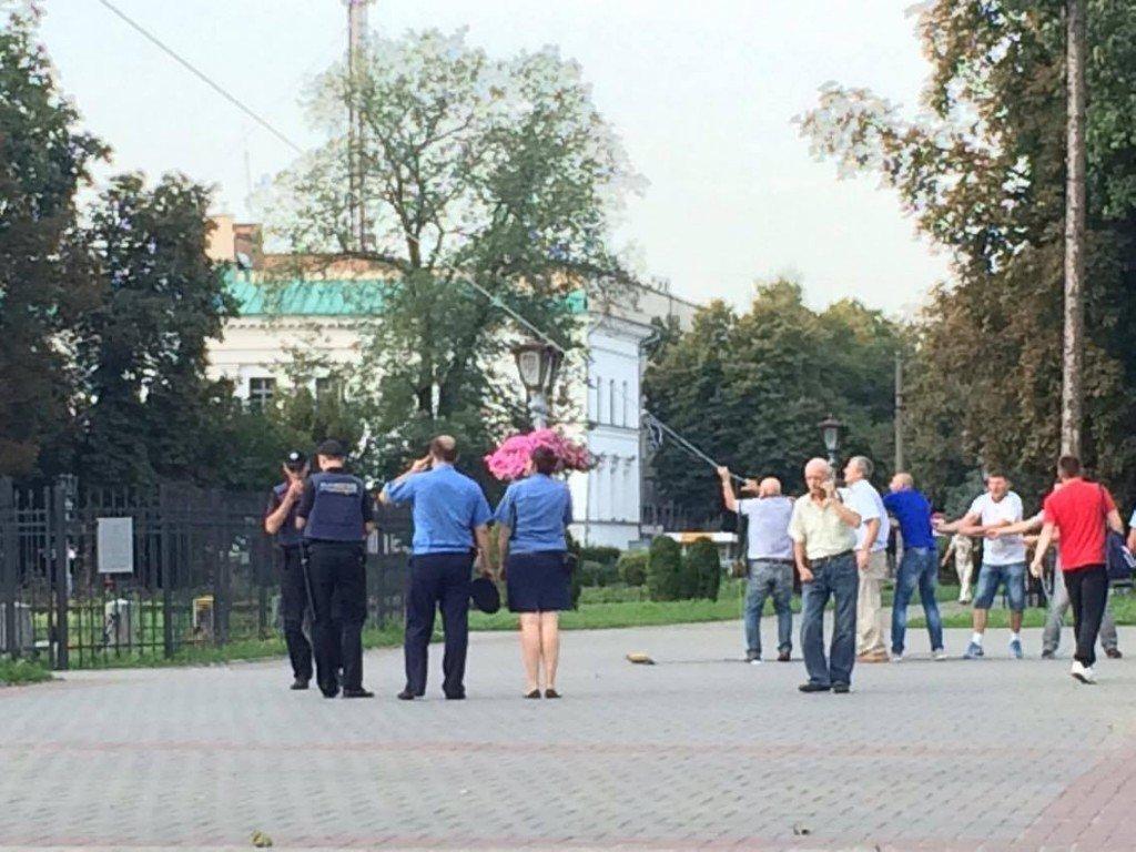 Активісти встановили прапори на монумент Слави у Полтаві без допомоги автовишки