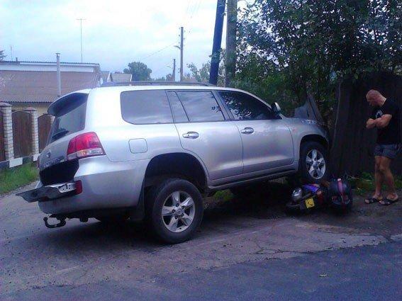 У Полтаві водій на «Toyota Landcruiser» збив жінку з дитиною