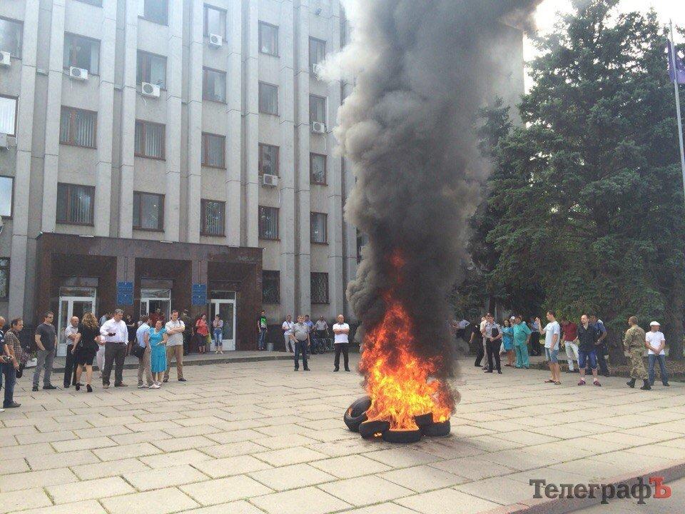 Біля Кременчуцької міської ради атовці підпалили шини (ФОТО)