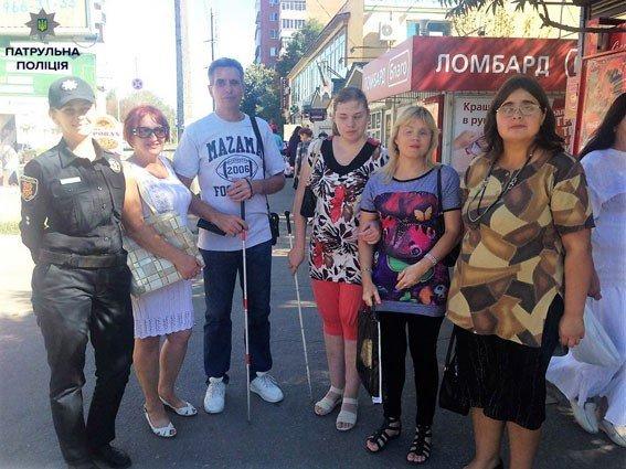 У Полтаві патрульні склали постанову на жінку, яка не пропустила незрячого пішохода