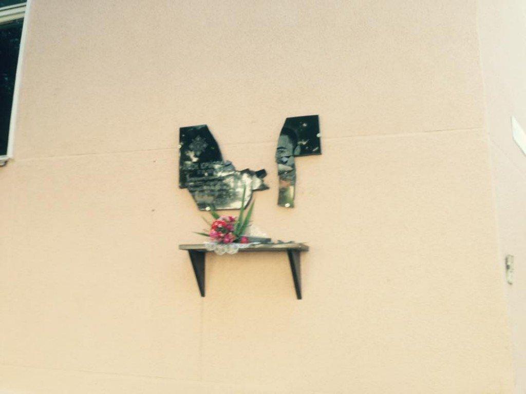 В Полтаве какие-то животные ночью снова разбили мемориальные доски погибшим Героям АТО. Доски восстановим снова быстро. Но скотов, которые это делают найти и наказать - это уже дело чести для всех полтавчан. Если мы, конечно, не хотим попробовать на вкус р