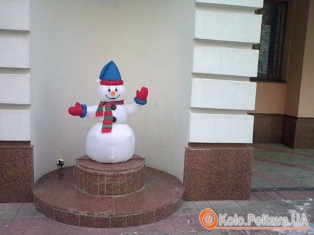 Сніговик вітає полтавців поблизу Галереї мистецтв