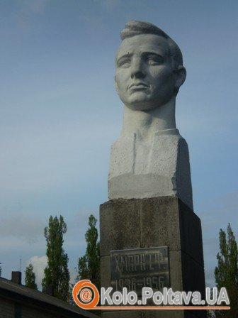 Пам'ятник Івану Хмарі у рідному селі Вишняки