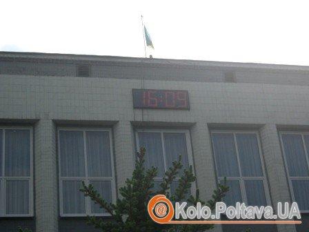 Новий годинник на Київській районній раді Полтави, що  показує час та температуру повітря