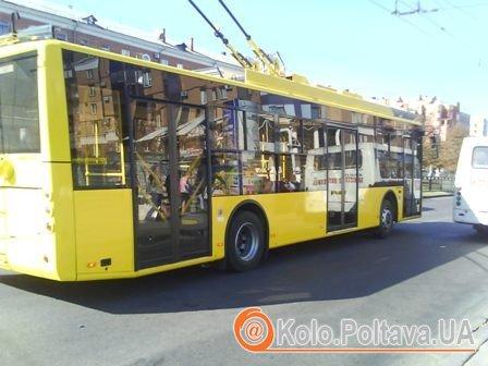 """Тролейбус сфотографовано на зупинці """"Сінна""""."""