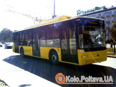 """Новий тролейбус обкатували по """"кільцю"""" Полтави."""