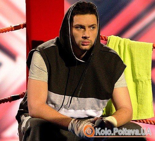 Олег в образі боксера на сцені