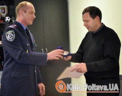 Працівники Державтоінспекції нагородили подякою та цінним подарунком свідка, який повідомив правоохоронцям марку та колір авто. Фото mia-pl.gov.ua