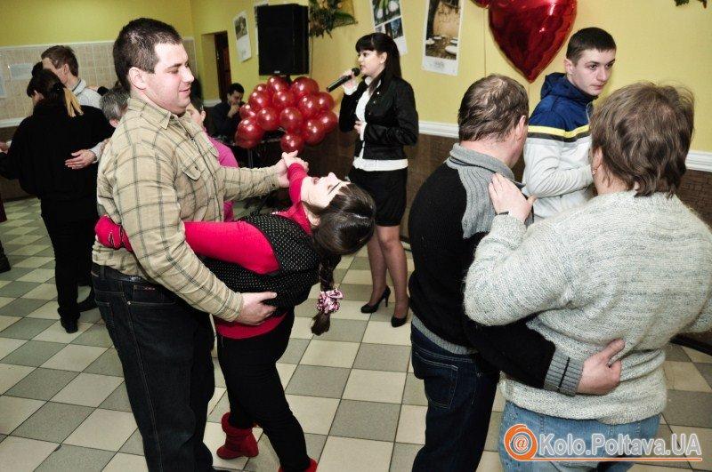 Запрошені гості танцювали, спілкувалися та раділи святу