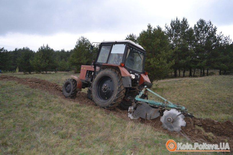 Трактор прориває мінералізовані смуги вздовж лісів