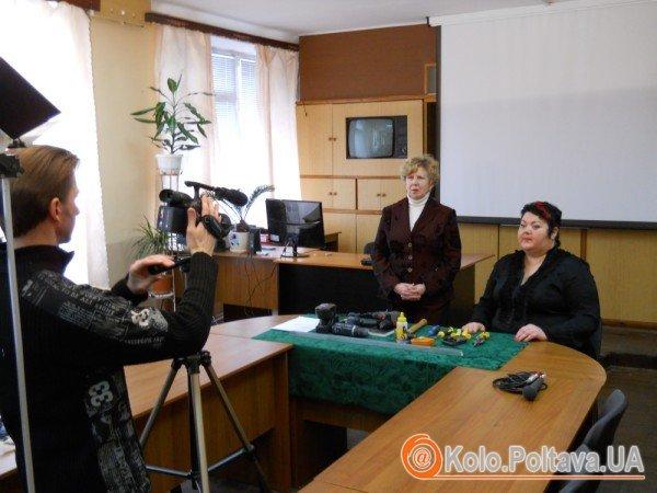 Викладач Поліна Лукашина та перекладач Наталія Олексіївна знімають відео для урока жестової мови