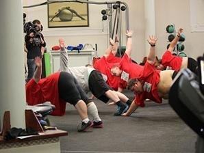 У тренажерній залі учаснки скидають вагу щотижня . Фото big.stb.ua