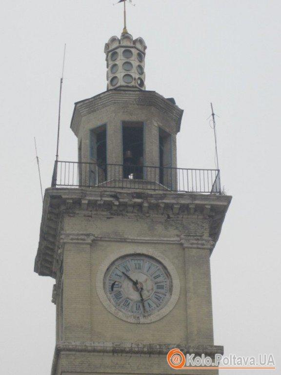 """Близько року стрілки годинника, відомого у Полтаві під назвою """"Біг-Бен"""" не рухаються. Фото Марини Клименко"""