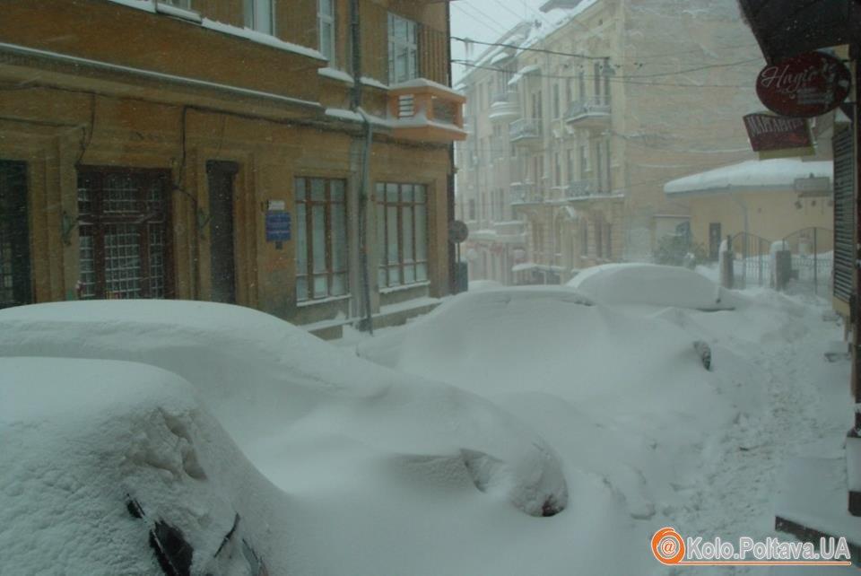 Вулиця одного з українських міст. Таку ж картину можна було спостерігати і в Полтаві останніми днями