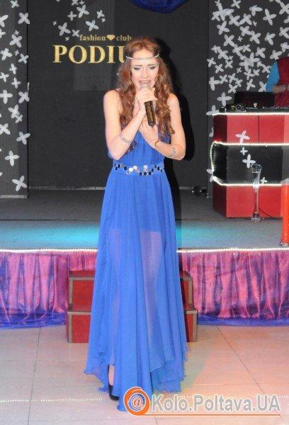 Олеся не тільки виконала, а й майстерно зіграла пісню про дівчину та море