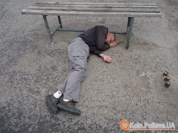 Чоловік лежав кілька годин, на вулиці дощило