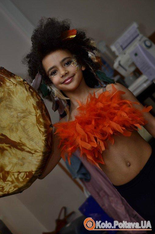 Емілі Москаленко в костюмі шамана (фото із сторінки Тетяни Москаленко в соціальній мережі. 2 шт.)