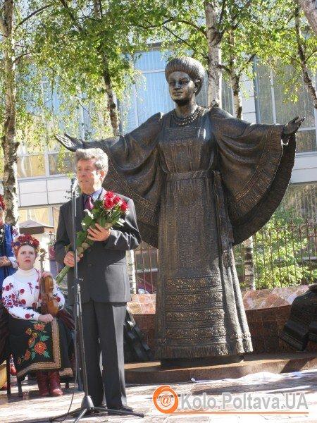 Микола Кириченко на фоні скульптури дружині. Фото Тетяни Цирульник