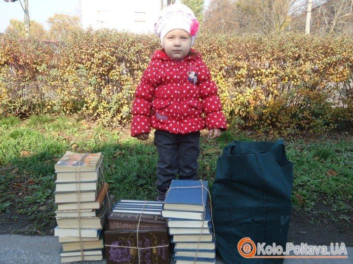 фото на згадку біля книг, які поїдуть у одну із сільських бібліотек області