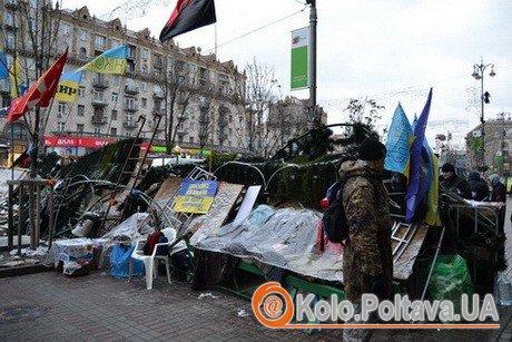 Майданівців охороняє власноруч зведена барикада з елементів новорічної ялинки та підручних матеріалів. Фото Валетини Зайченко