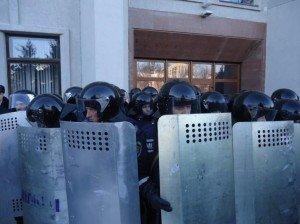 Полтавським силовикам на підмогу нібито їдуть колеги зі Сходу. Фото Надії Кучер