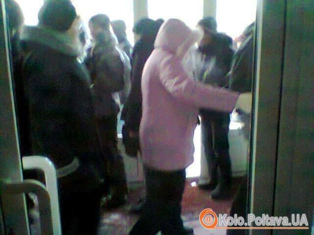 олтавці зайшли у приміщення через виламані двері (Фото Надії Кучер)