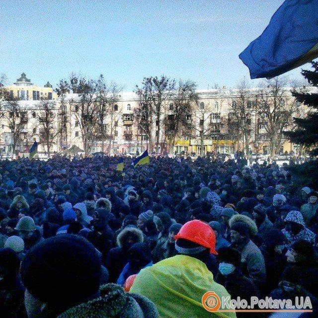 Тисячі людей на площі під ОДА у Полтаві (фото Андрія Іванова)